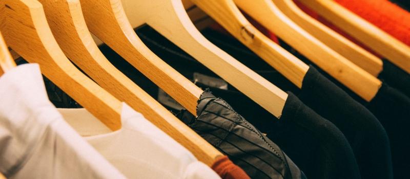 kleding aan hangers